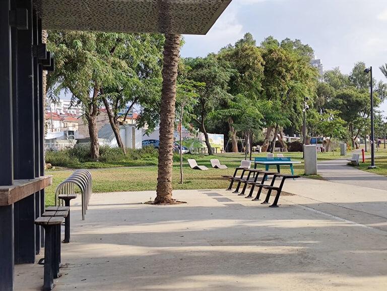 Une photo des chaises et tables de lecture dans le Parc HaSofrim de Be'er-Sheva