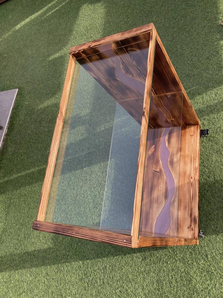 Petite armoire en bois avec de l'époxy et du verre